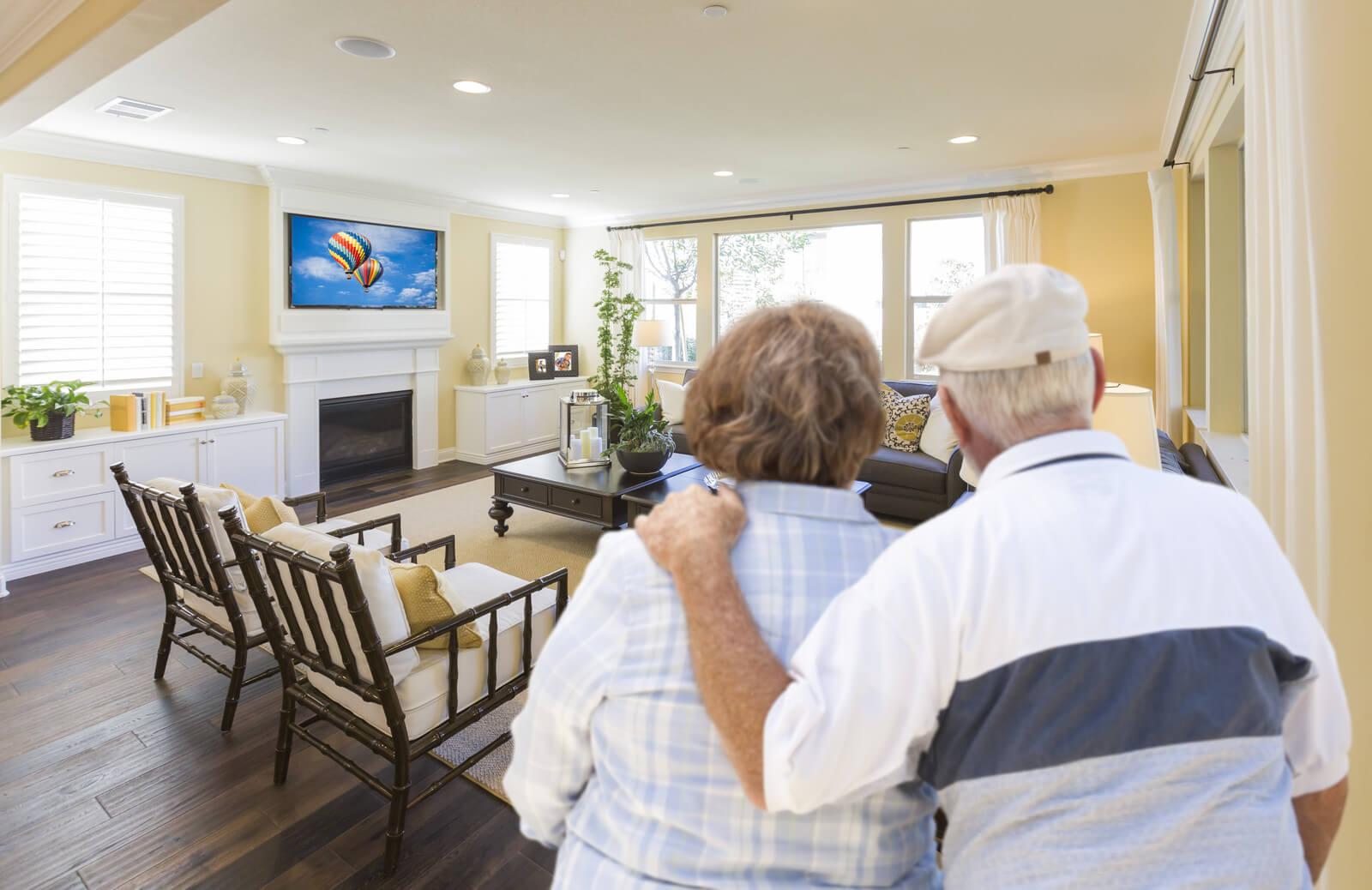 Bejaard koppel bekijkt opstelling nieuwe leefkamer