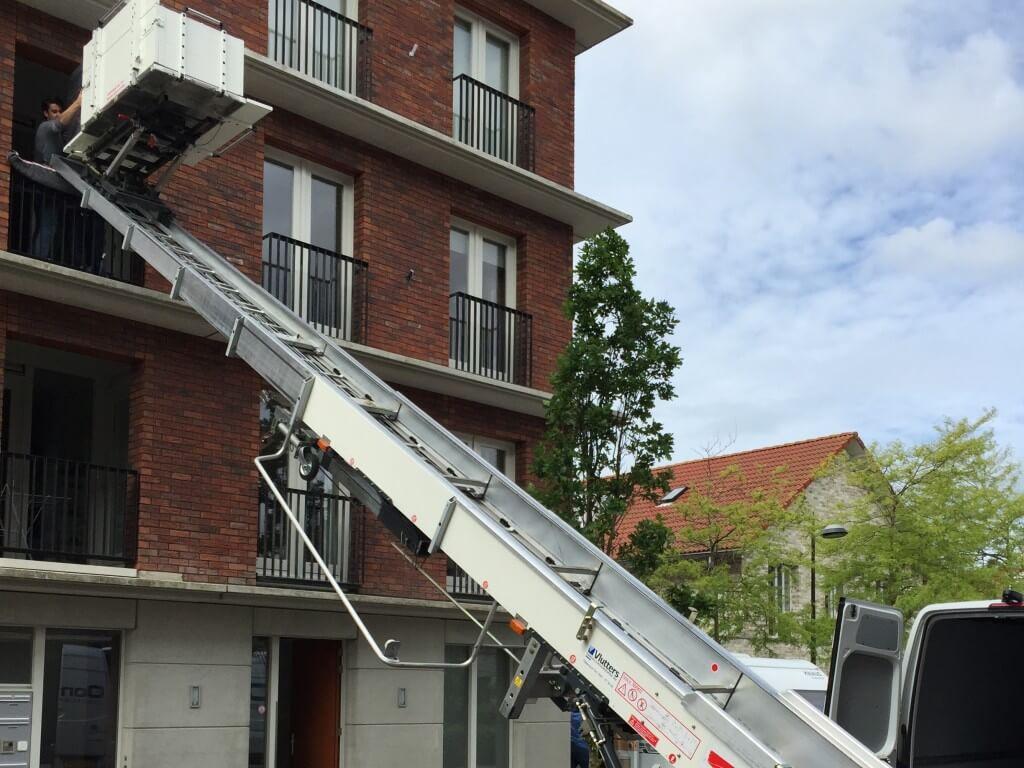 Ladderlift hijst kast naar tweede verdieping